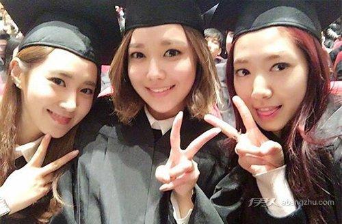 资讯生活朴信惠、少时集体迎来毕业季 清纯演绎学院风